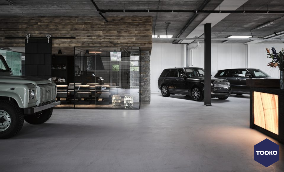 Osiris Hertman - Landrover showroom