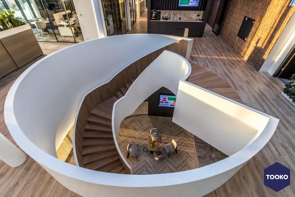 Van Bruchem Staircases - 4,5 Meter hoge trap  als eye-catcher in  entree